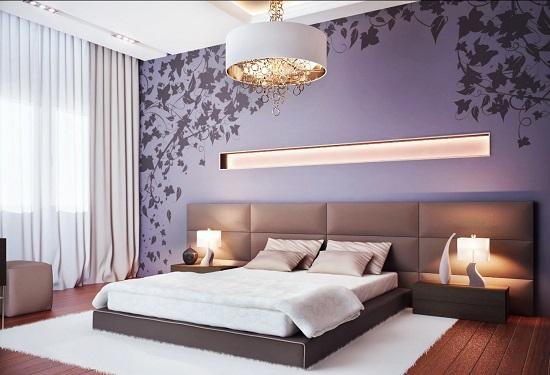 Wanddecoratie bij het bed in de slaapkamer met zachte wandpanelen