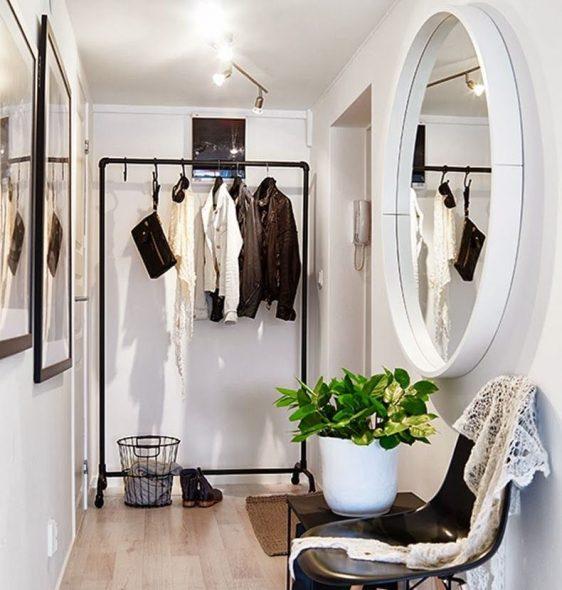 miroir sur le mur dans le couloir