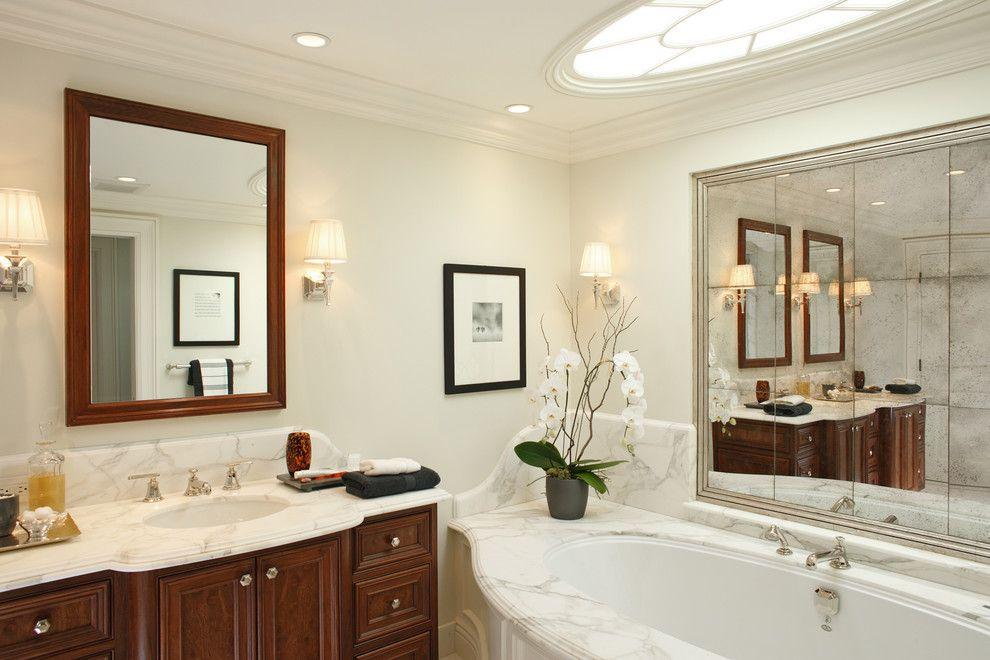 suuri kylpyhuoneen peili