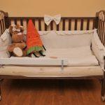 lit de bébé dans la chambre