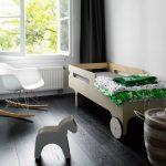 lit d'enfant avec des côtés de bois