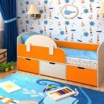 Mukava vauvan sänky, jossa on sivut
