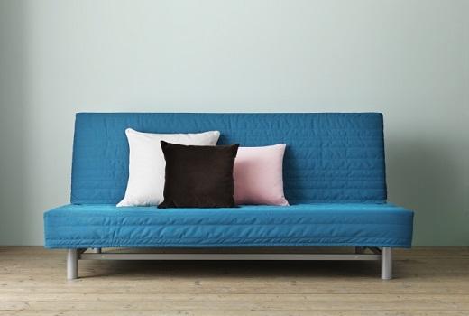 canapé-lit et oreillers multicolores