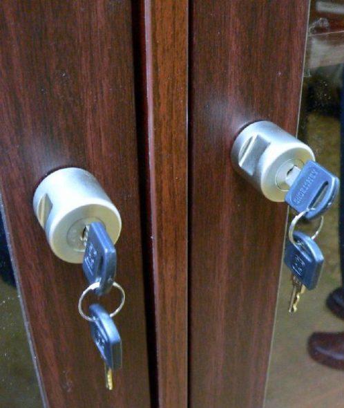 vous pouvez mettre un cadenas sur le meuble en aggloméré