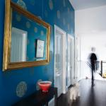 miroir dans le couloir bleu