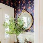miroir rond dans le couloir