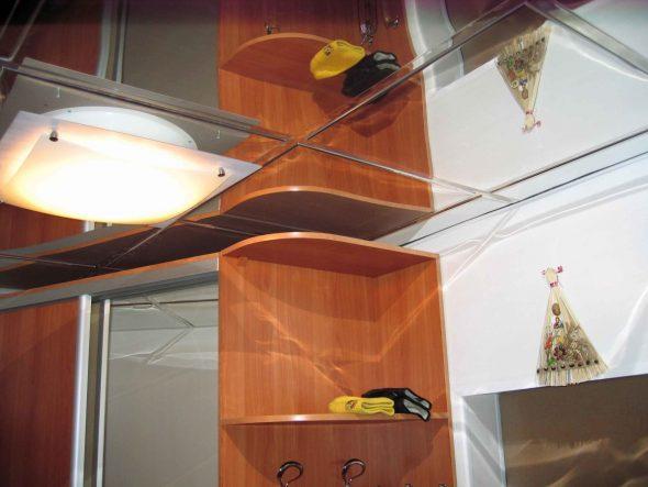 miroirs au plafond dans le couloir