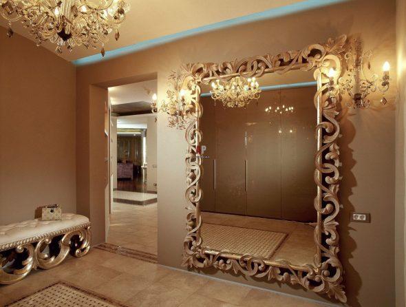 miroir dans un grand cadre