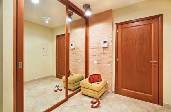 miroir dans le couloir sur le compartiment du placard