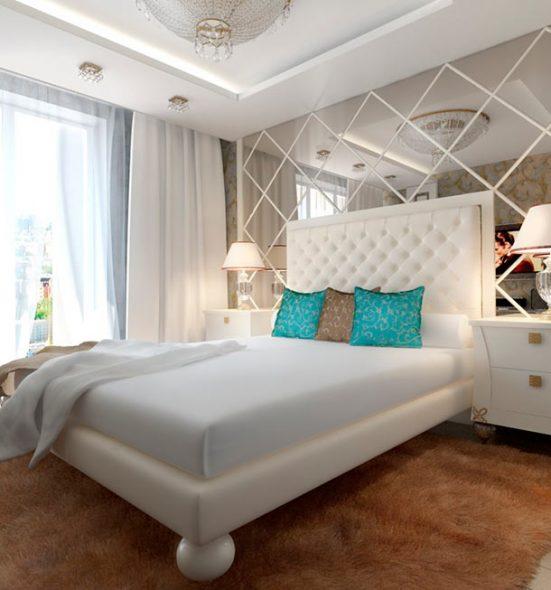 spiegel in het hoofdeinde van het bed