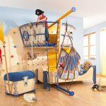 La partie centrale de la chambre des enfants est constituée d'un lit à baldaquin et de beaux textiles.