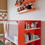 lit d'enfant avec étagères