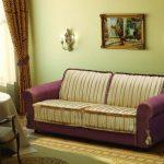 Canapé-lit pour une utilisation quotidienne avec des rayures violettes