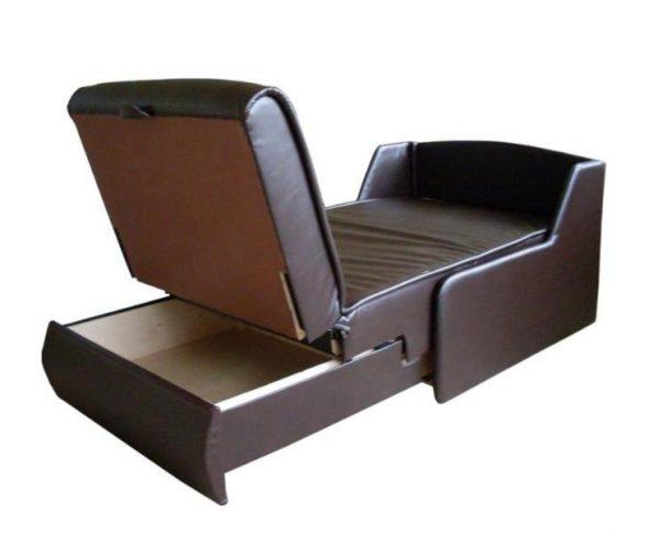 Fauteuil un lit d'un kozhzam avec une boîte