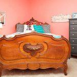 lit en bois massif dans la chambre