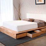 le lit est en bois moderne