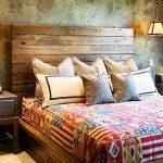lit en bois à l'intérieur de la chambre