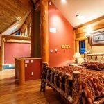 lit en bois à l'intérieur