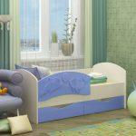 lit à côtés dans la chambre d'enfant