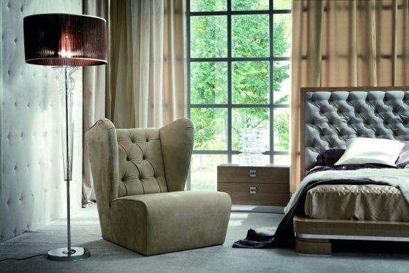 chaise anglaise près de la fenêtre
