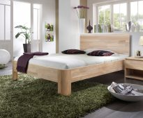 lit en bois dans la chambre