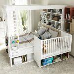 lit d'enfant dans la chambre des parents
