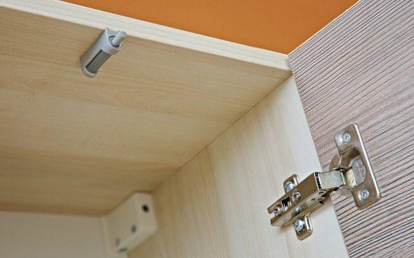 charnières sur les portes des armoires