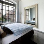 chambre avec miroir en face du lit
