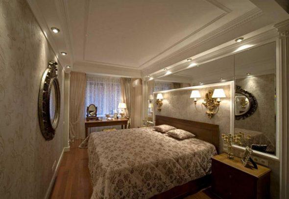 chambre avec miroir à l'intérieur