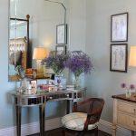 miroir et table dans la chambre