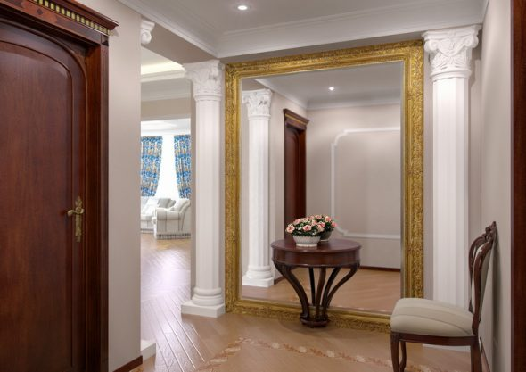 suuri peili käytävällä