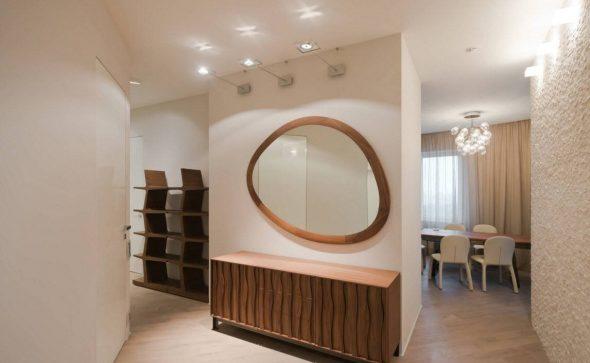 peili sisätiloissa käytävällä
