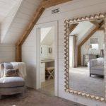 le miroir dans la chambre est rectangulaire