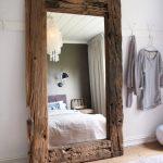 miroir dans la chambre dans un cadre en bois