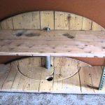 Le monde de l'artisanat et des meubles en bois faits maison pour la télévision