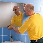 Nous accrochons un miroir dans la salle de bain