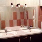 Miroir de salle de bain à charnière