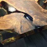 Kauri houten eettafel, metaal en hars