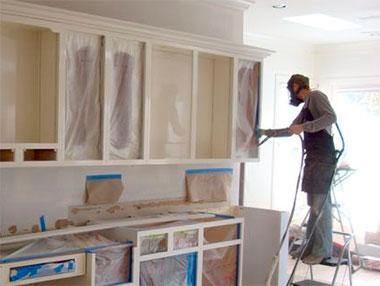 Reparatie van de gevel van keukenmeubelen