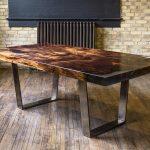 Tafel gemaakt van hout en epoxyhars