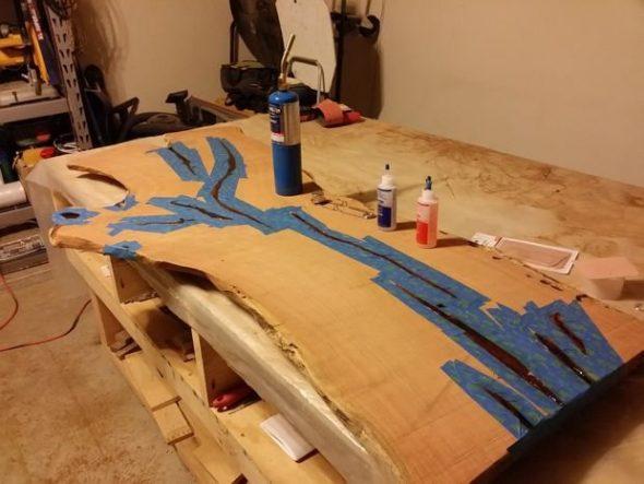 Tafel gemaakt van hout gesneden en doe het zelf