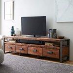 Table de chevet sous la télé moderne