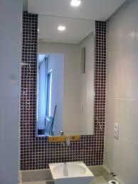 Installer un miroir dans la salle de bain