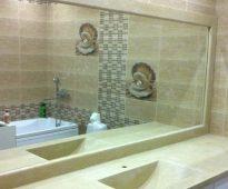 בחדר האמבטיה נהוג להתקין מראות גדולות למדי