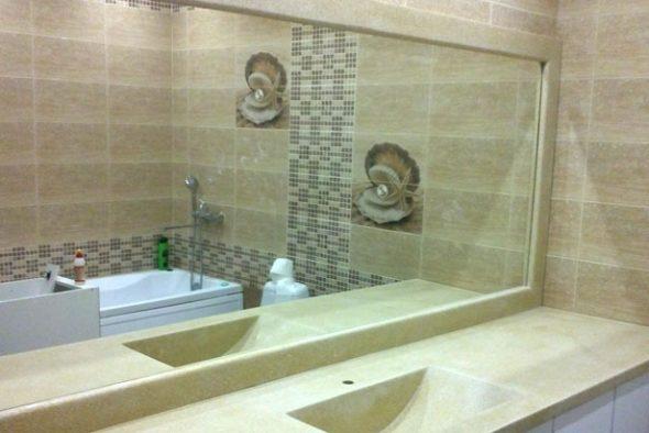 Kylpyhuoneessa on tavallista asentaa melko suuria peilejä