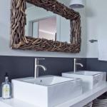 Miroir décoré de branches en bois