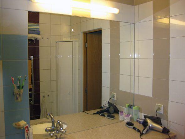 Miroir dans la salle de bain de l'appartement