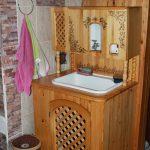 table de chevet en bois sous l'évier