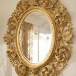 L'élément de décor principal et le plus lumineux est un miroir