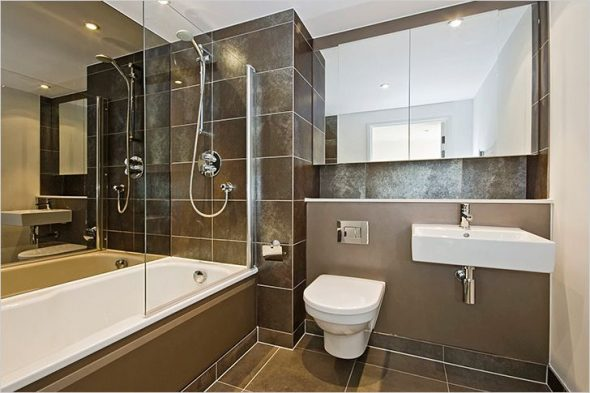 accrocher un miroir de salle de bain